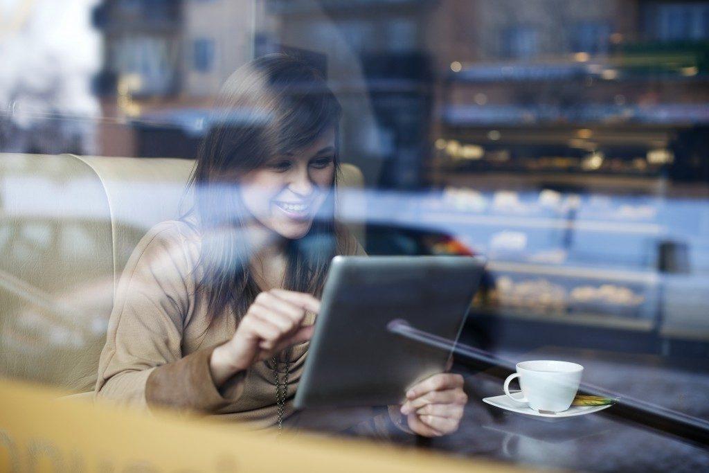 woman inside a coffee shop